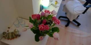 bloemtje als kadootje van klant in massagepraktijk